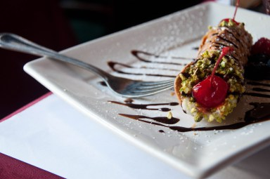 cannolo_with_maraschino_cherry_and_pistacchio